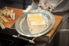 Panini del formaggio del prosciutto sul piatto fotografia stock