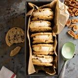Panini del gelato con i biscotti di pepita di cioccolato Fotografia Stock Libera da Diritti