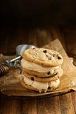 Panini del gelato con i biscotti di pepita di cioccolato Fotografie Stock