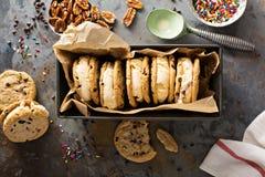 Panini del gelato con i biscotti di pepita di cioccolato Fotografie Stock Libere da Diritti