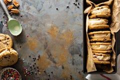 Panini del gelato con i biscotti di pepita di cioccolato Immagini Stock Libere da Diritti