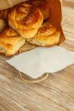 Panini del grano, rotoli con cannella per la prima colazione, pranzo Fotografie Stock