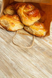 Panini del grano, rotoli con cannella per la prima colazione, pranzo nella p Fotografia Stock Libera da Diritti