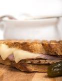 Panini delizioso del prosciutto, della carne di maiale e del formaggio svizzero con la minestra di verdura fotografia stock