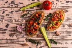 Panini dell'insalata, insalata del pomodoro con le olive e cetriolo greenery fotografia stock
