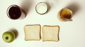 Panini della prima colazione con inceppamento e burro di arachidi stock footage