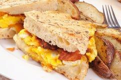 Panini della prima colazione dell'uovo e della pancetta affumicata Fotografia Stock