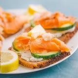 Panini di color salmone serviti sul piatto Fotografie Stock