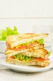 Panini di Panini con il salmone, il formaggio e l'insalata Fotografia Stock