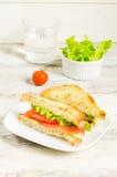 Panini di Panini con il salmone, il formaggio e l'insalata Fotografie Stock Libere da Diritti