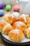 Panini di Pasqua con un incrocio e le uova Fotografie Stock Libere da Diritti