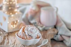 Panini dolci casalinghi deliziosi con cannella e Natale dello zucchero a velo alla vecchia tavola di legno Pasticcerie svedesi tr fotografia stock libera da diritti