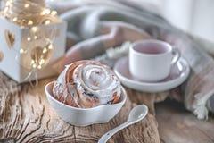 Panini dolci casalinghi deliziosi con cannella e Natale dello zucchero a velo alla vecchia tavola di legno Pasticcerie svedesi tr immagini stock libere da diritti
