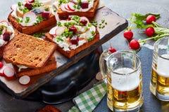 Panini e birra affrontati aperti danesi fotografia stock
