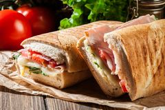Panini grillé avec le sandwich à jambon, à fromage et à arugula images stock