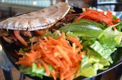 Panini im Pittabrot gedient mit Salat stockfotografie