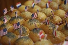 Panini pequeno com as bandeiras do papel dos EUA fotos de stock
