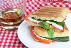 Panini Sandwich von grundlegendem, von Mozzarella und von Tomaten. Stockbilder