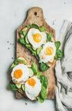 Panini sani della prima colazione sul bordo di legno rustico, vista superiore Fotografie Stock