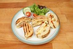 Panini-Teile mit Salat lizenzfreie stockfotos