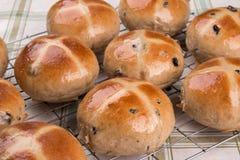Panini trasversali caldi lustrati e al forno su un vassoio di raffreddamento Fotografie Stock