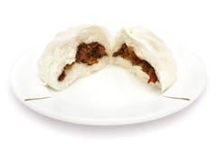 Panino arrostito col barbecue cinese del porco (Siu Baau di amici) Immagini Stock