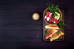 Panino caldo americano del formaggio Panino arrostito casalingo del formaggio per la prima colazione immagine stock