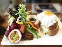 Panino caloroso del pane tostato del formaggio del brunch/con insalata di verdure fotografie stock libere da diritti