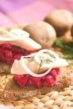 Panino casalingo con le barbabietole e l'aringa fotografia stock