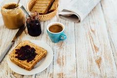 Panino casalingo della gelatina e del burro di arachidi su fondo di legno fotografie stock