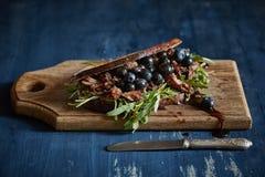 Panino chiuso con bacon, i mirtilli e la rucola arrostiti Fotografie Stock Libere da Diritti