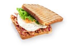 Panino con bacon, l'uovo fritto e la lattuga fotografie stock libere da diritti