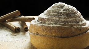 Panino con cannella e zucchero in polvere Fotografie Stock Libere da Diritti