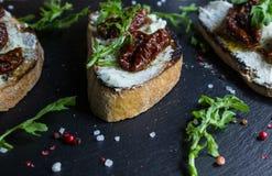 Panino con formaggio ed i pomodori secchi metà Immagine Stock Libera da Diritti