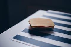 Panino con formaggio ed il prosciutto Immagini Stock