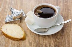 Panino con formaggio fuso, fette di formaggio, tazza di caffè Fotografie Stock Libere da Diritti