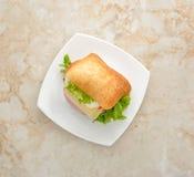 Panino con formaggio, l'uovo ed il prosciutto Immagine Stock