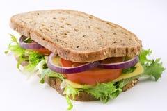 Panino con formaggio, lattuga, il pomodoro e la cipolla Fotografia Stock