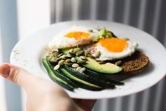 Panino con gli ortaggi freschi, l'avocado, gli uova sode ed i semi di zucca con olio d'oliva e pane Dieta sana o fotografie stock libere da diritti