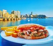 Panino con i capperi, Sliema, Malta del tonno fotografia stock
