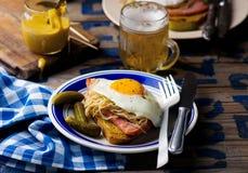 Panino con i crauti, il prosciutto e le uova fritte Immagine Stock