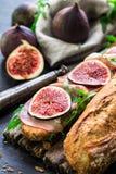Panino con i fichi ed il prosciutto di Parma Immagine Stock