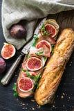 Panino con i fichi ed il prosciutto di Parma Immagini Stock
