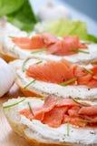 Panino con i salmoni affumicati Fotografia Stock