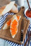 Panino con il caviale rosso Fotografia Stock