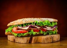 Panino con il pomodoro e la carne della lattuga Fotografie Stock Libere da Diritti