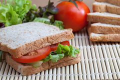 Panino con il pomodoro e le verdure Immagini Stock Libere da Diritti