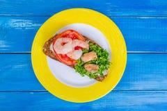 Panino con il pomodoro, i gamberetti, le cozze ed il prezzemolo tagliato sulla a Fotografie Stock Libere da Diritti