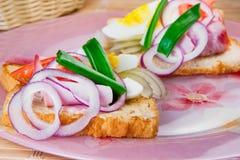 Panino con il prosciutto affumicato, cetriolo, uova Immagini Stock Libere da Diritti