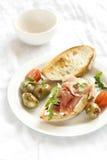 Panino con il prosciutto e le olive Fotografia Stock